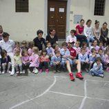 Michele Pirro con los niños italianos