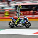 Valentino Rossi se acomoda en el pitlane del GP de Italia