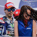 Jorge Lorenzo se divierte en el podio de Mugello
