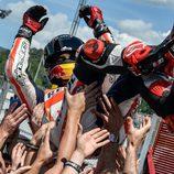 El equipo Repsol Honda mantea a Marc Márquez