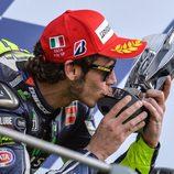 Valentino Rossi besa el trofeo del GP de Italia