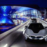 BMW I8 desfilando con sus propietarios