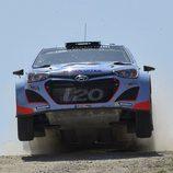 El Hyundai i20 WRC a punto de volar en Italia