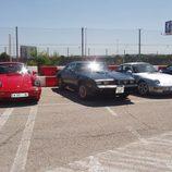 Pontiac Firebird flanqueado por 911