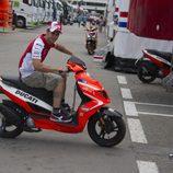 Andrea Dovizioso calienta en Barcelona con la scooter