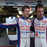Nicholas Lapierre y Anthony Davison delante del box de Toyota