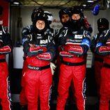 Los mecánicos de Audi atentos en las 24h de Le Mans