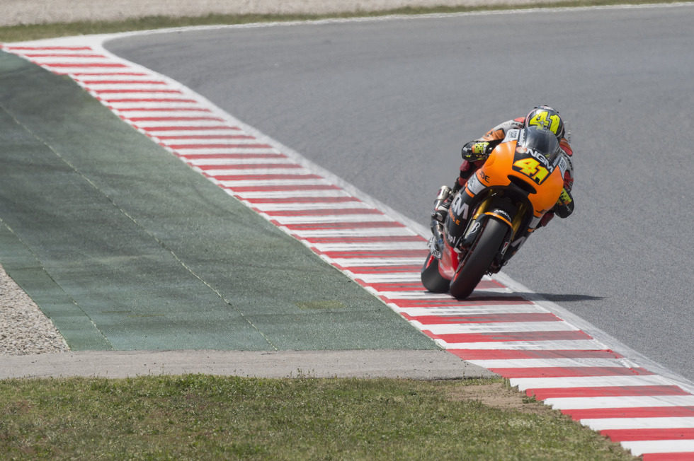 Aleix Espargaró exprimiendo su montura tras la curva 5