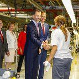 Visita S.M. el Rey Felipe VI a Figueruelas - Saludo a los empleados