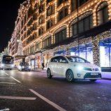 Toyota en la calle iluminada
