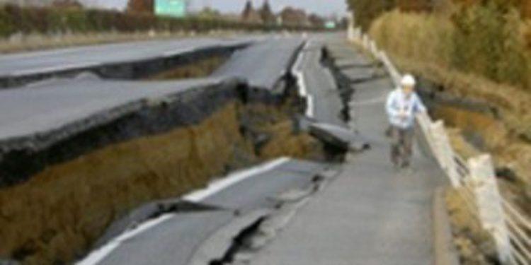 Se reconstruye en Japón una carretera destrozada por el terremoto  en poco más de una semana