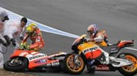 Corte de mangas de Stoner a los comisarios tras su incidente con Rossi