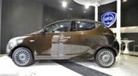 Lancia crea un showroom real y virtual para presentar el Ypsilon 5