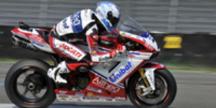 Carlos Checa le gana la partida a Biaggi en la última vuelta de la Race2 en Assen