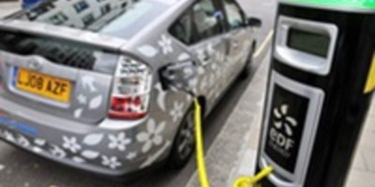 ¿Recargar baterías eléctricas sin conectarse a nada? En eso piensa Toyota