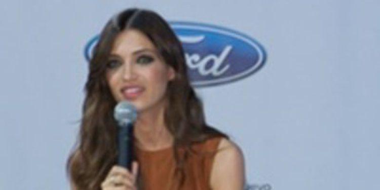Ford pasea por su stand de Barcelona a Sara Carbonero