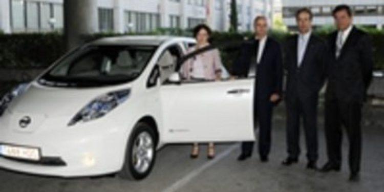 El ministro Sebastián prueba el vehículo 100% eléctrico Nissan Leaf
