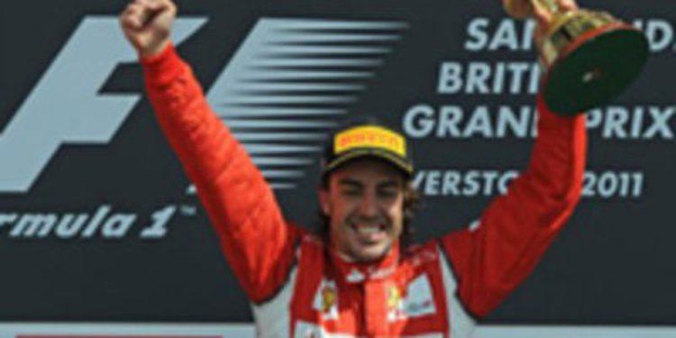 Todo el equipo Ferrari agradece a Alonso la victoria en Gran Bretaña 2011
