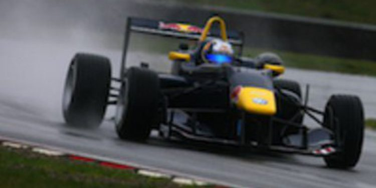 Carlos Sainz Jr confirma el dominio del equipo Carlin en los test de la F3 Británica