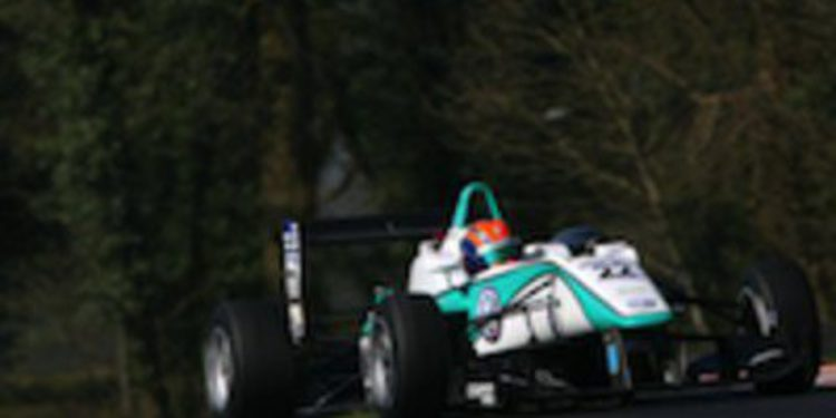 Jazeman Jafaar vuela en Outlon Park ultimando la pretemporada de F3 Británica