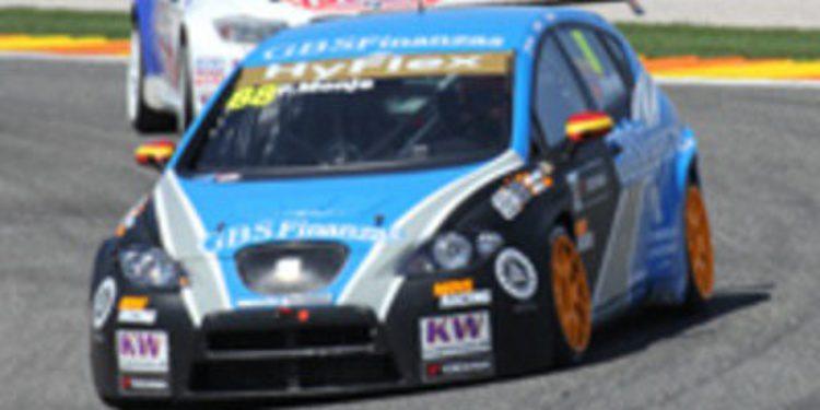 Yvan Muller domina en la primera carrera
