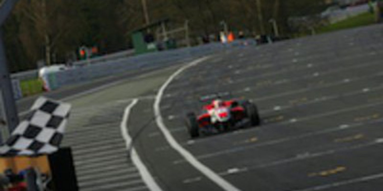 Félix Serralles se lleva la tercera carrera de F3 Británica y Harvey sale líder de Outlon Park
