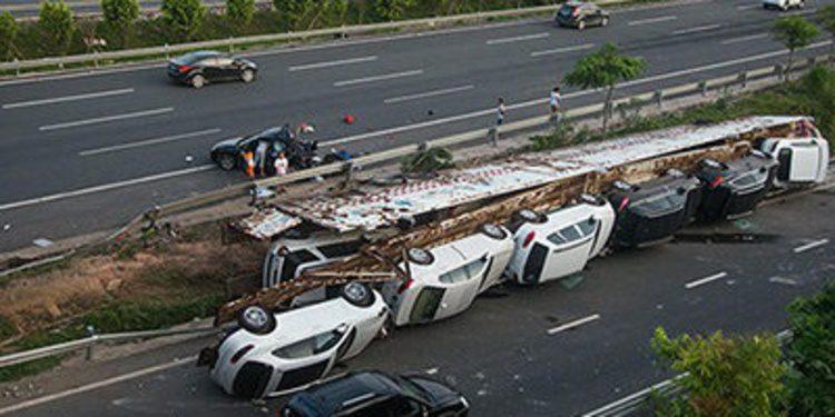 Un camión vuelca en China con 11 coches de gama alta