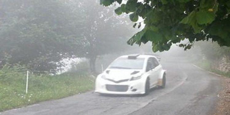 Test sobre asfalto del Toyota Yaris WRC en Italia