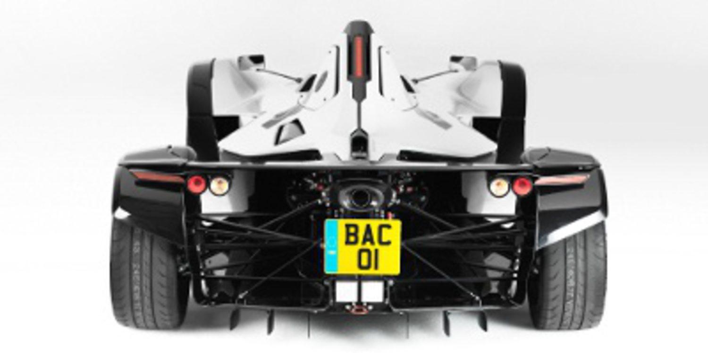 BAC Mono en persecución de un McLaren P1 en Silverstone