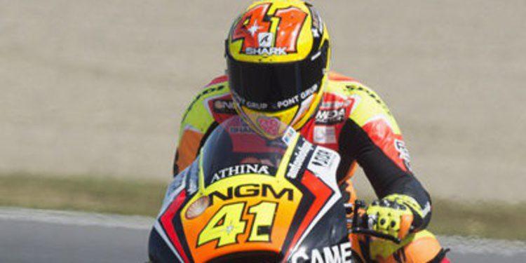 Aleix Espargaró al frente del FP1 de MotoGP en Phillip Island