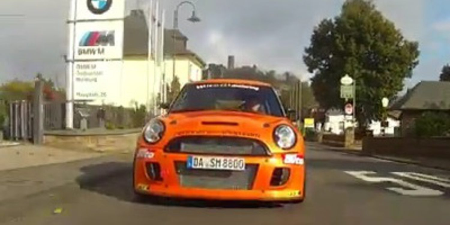 Un MINI JCW destroza el récord del Megane en el Ring