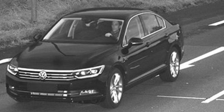 Roban dos Volkswagen Passat recién fabricados