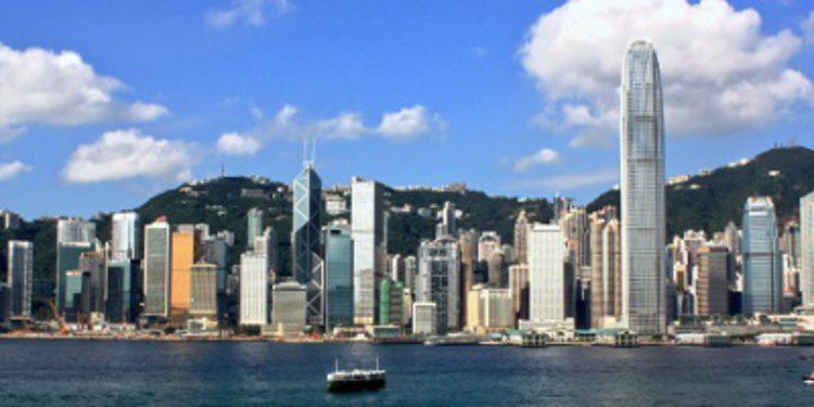 Un furgón blindado pierde una caja llena de dinero en Hong Kong