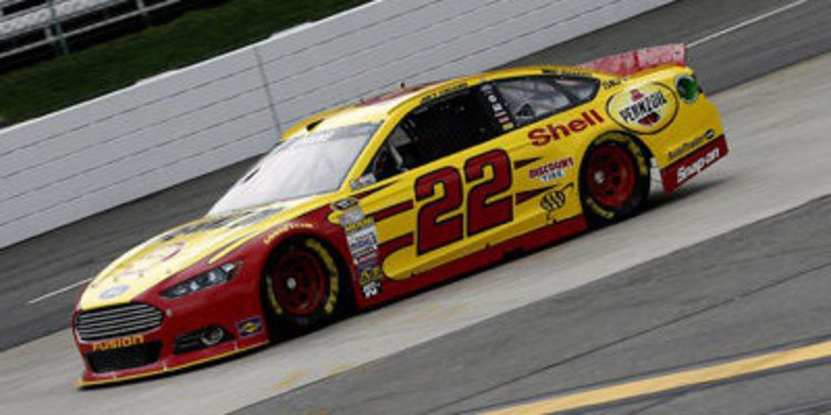 Joey Logano consigue la pole en Martinsville