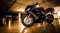 Magnífica sesión fotográfica a oscuras con una Ducati 749