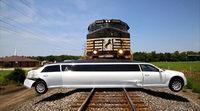 Un tren arrolla a una limousina sin causar heridos