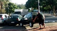 Un ciclista aparta del carril bici un coche mal estacionado