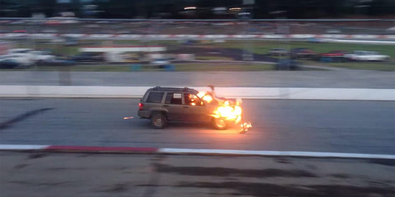 Un especialista es atropellado al saltar de un capó en llamas