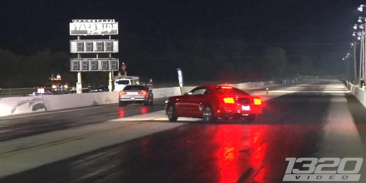 Ford Mustang contra la barrera en un circuito de drag