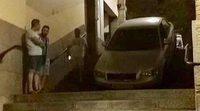 Audi A4 se confunde y cae escaleras abajo en Toledo