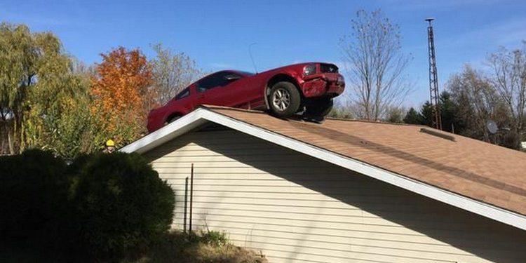 Un Ford Mustang aparca sobre el tejado de una casa
