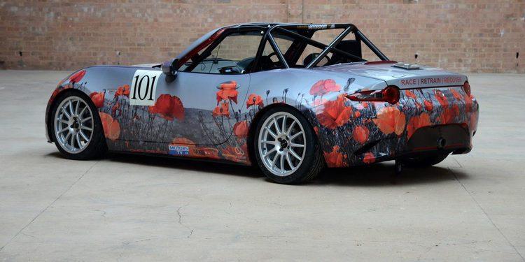 Especial Mazda MX-5 cubierto de amapolas