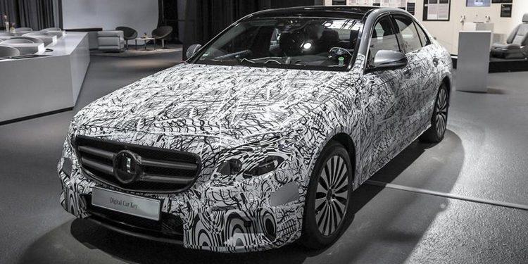 Comparativa de tamaño entre los nuevos Mercedes-Benz Clase E de batalla corta y larga