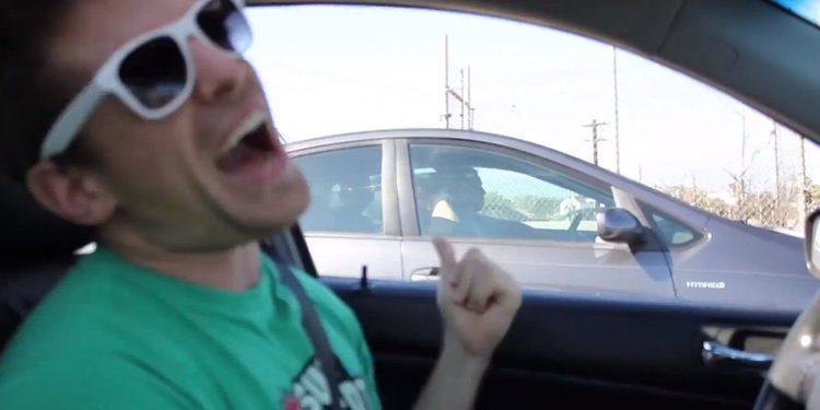 Vídeo impactante, como estrellarse por hacer el idiota cantando al volante