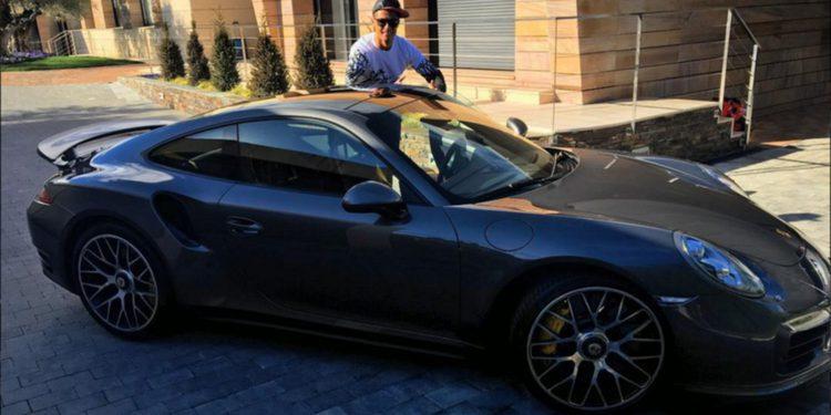 Cristiano Ronaldo posa frente a un 911 Turbo S días después de perder el Balón de Oro