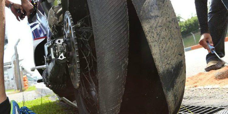 """Michelin entona el """"mea culpa"""" en el accidente de Loris Baz"""