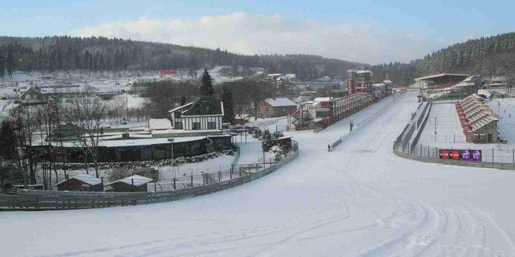 Snowboard en Spa-Francorchamps con un Nissan GT-R