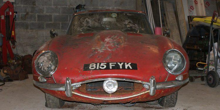 A subasta el Jaguar abandonado del creador del logo de The Beatles