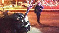 Sorprenden un vehículo circulando con un árbol entero en la parrilla frontal