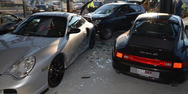 Se empotra con su Opel Astra contra un concesionario Porsche en Alemania